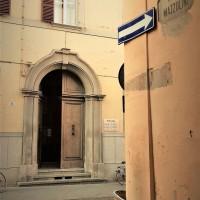 Forlì, via Mazzolini ed entrata ex sede del Movimento sociale italiano