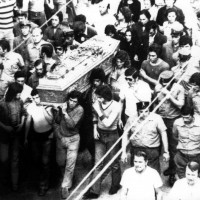 Il corteo funebre di Mariano Lupo in piazza Garibaldi. Parma, 28 agosto 1972. Foto di Beppe Fontana, Archivio Centro studi movimenti.