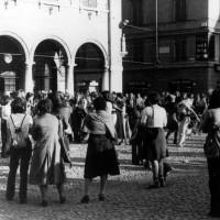 Manifestazione dei collettivi femministi in Piazza Grande, Modena, sd., Fondo Anna Rosa Bassoli, Centro documentazione donna