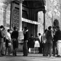 Giovani davanti alla Cattedrale occupata. Parma, 14 settembre 1968. Foto di Giovanni Ferraguti.  L'assemblea durante l'occupazione della Cattedrale. Parma, 14 settembre 1968. Foto di Giovanni Ferraguti.