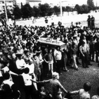 Il corteo funebre di Mariano Lupo sul ponte di Mezzo. Parma, 28 agosto 1972. Foto di Beppe Fontana, Archivio Centro studi movimenti.