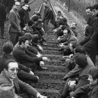 Gli operai della Salamini bloccano la linea ferroviaria Milano-Bologna. Parma, marzo 1969. Foto di Giovanni Ferraguti.