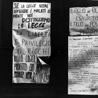Manifesti sul portone dell'Ospedale psichiatrico occupato. Colorno (Parma), febbraio 1969. Archivio del Centro studi movimenti.