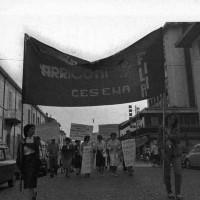 Corteo di operaie e operai Arrigoni, anni Sessanta. (Foto storiche F.  Kobau e  L. Taioli)
