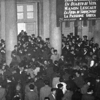 Studenti e giovani contestano l'inaugurazione della stagione lirica al Teatro Regio. Parma, 26 dicembre 1968. Foto di Giovanni Ferraguti.