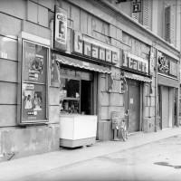L'ingresso del bar Grande Italia, Archivio Botti e Pincelli, Fondazione fotografia - Fondazione Modena Arti Visive