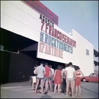 Altromondo, davanti all'ingresso, agosto 1967
