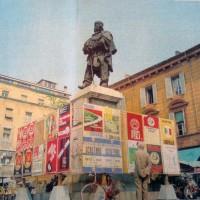 Tabelloni elettorali in piazza Garibaldi. Parma, giugno 1970. Emeroteca comunale di Parma.