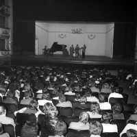 Spettacolo di studenti al Teatro comunale, maggio 1973, Archivio Botti e Pincelli, Fondazione fotografia - Fondazione Modena Arti Visive