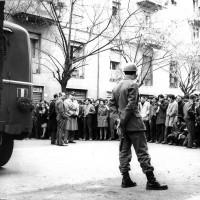 Manifestazione studentesca davanti al Provveditorato agli Studi di Modena, novembre 1968, Archivio Istituto storico di Modena