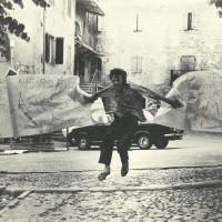 Il quindicenne Tiziano Spatola lacera il manifesto creato collettivamente dagli artisti presenti alla prima edizione di Parole sui muri, Fiumalbo 1967