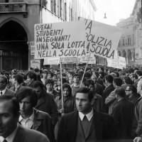 Manifestazione studentesca, Archivio Ufficio stampa del Comune di Modena, Fondazione fotografia - Fondazione Modena Arti Visive
