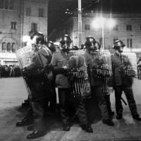 Piazza Garibaldi presidiata dalla polizia durante una manifestazione della sinistra rivoluzionaria. Parma, primi anni Settanta. Archivio del Centro studi movimenti.