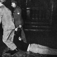 L'intervento della polizia per sgomberare i giovani che hanno occupato la Cattedrale. Parma, 14 settembre 1968. Foto di Giovanni Ferraguti.